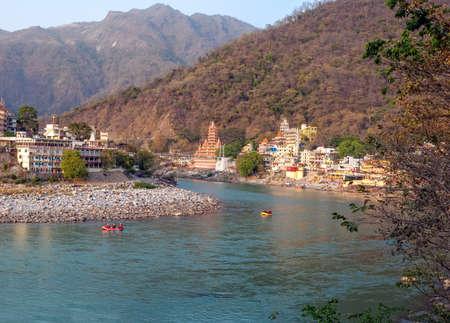 hindues: Santo r�o Ganges que fluye a trav�s de Rishikesh (la capital mundial del yoga) - la ciudad santa para los hind�es, la India.