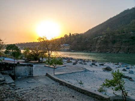 hindues: Lugar de meditaci�n tradicional - Puesta de sol sobre el r�o Ganges, que fluye a trav�s de Rishikesh (la capital mundial del yoga) - la ciudad santa para los hind�es, la India.