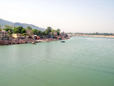 hindues: Vista panor�mica del r�o Ganges Santo que fluye a trav�s de Rishikesh - la ciudad santa para los hind�es, India. Disparar desde el puente Laxman Jhula.