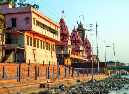 hindues: Las casas viejas cerca del r�o Ganges al atardecer, Rishikesh (la capital mundial del yoga) - la ciudad santa para los hind�es, India.