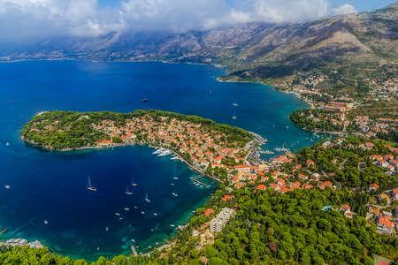 Tournage en hélicoptère aérienne de Cavtat. Bien connue destination touristique près de Dubrovnik.