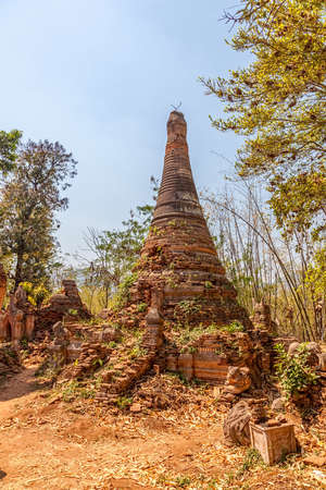 stupas: Stupa antiche a Indein invase dalle piante, Lago Inle, Myanmar
