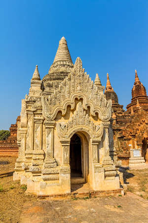 Blanco Antigua peque�a pagoda en Bagan con detalles de estuco, Birmania Myanmar photo