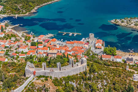 Middeleeuwse stad Mali Ston in Dubrovnik gebied aan het ene eind van de wereld bekend Ston muren tweede in de wereld van de langste verdediging muur met burcht Koruna