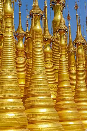 stupas: Rinnovato Stupa antica al Indein, Lago Inle, Myanmar. Archivio Fotografico