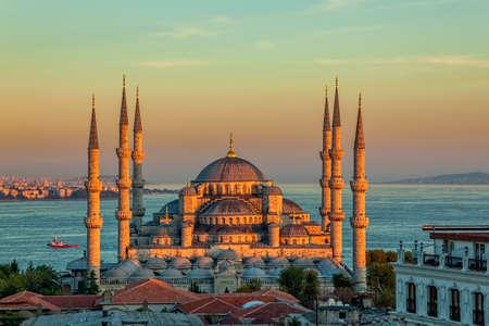 glorius 일몰, 이스탄불, 술탄 공원에서 블루 모스크. 술탄 아메드 이스탄불 (오스만 제국)에서 가장 큰 사원입니다.
