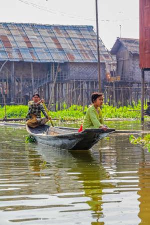 motorizado: LAGO INLE MYANMAR - 28 de febrero 2013 Saliendo con el tradicional bote motorizado