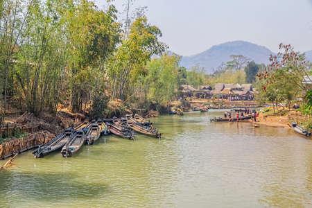 motorised: Indein MYANMAR - 28 de febrero 2013 la aldea m�s grande en el lago Inle, donde todos los turistas que vinieron para una visita por las largas embarcaciones tradicionales motorizados