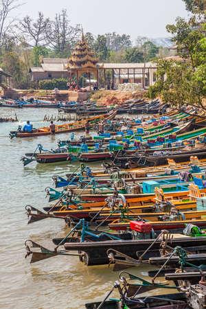 motorised: INDEIN, MYANMAR - 28 de febrero de 2013: la aldea m�s grande en el lago Inle, donde todos los turistas que vinieron de visita por largos tradicionales embarcaciones motorizadas.