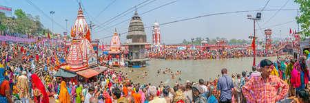 hindues: Haridwar, India - 15 de abril de 2010: Las personas que realizan un ritual religioso en Ghat baño principal en el río sagrado Ganges en el Kumbh Mela. Haridwar es considerada como uno de los siete lugares más sagrados para los hindúes.