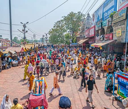 hindues: Haridwar, India - 15 de abril de 2010: La gente que camina en Ghat ba�o principal en el Kumbh Mela, una peregrinaci�n hind� en masa de la fe. Haridwar es considerada como uno de los siete lugares m�s sagrados para los hind�es.