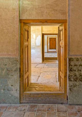 puertas antiguas: Vista del paso puertas viejas desde el interior de la antigua ciudadela Karmin Khan en el centro de la ciudad de Shiraz. Foto de archivo