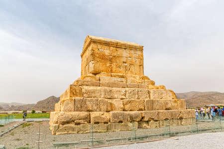 guia de turismo: PASARGAD, IRÁN - 4 de mayo, 2015: El grupo de turistas con el guía la salida a la tumba de Ciro el Grande.