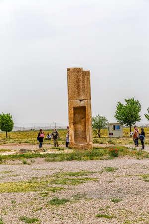 guia turistico: PASARGAD, IRÁN - 4 de mayo, 2015: El grupo de turistas con el guía la salida a la zona arqueológica de la ciudad vieja.