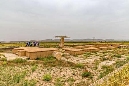 guia de turismo: PASARGAD, IRÁN - 4 de mayo, 2015: El grupo de turistas con el guía la salida a la zona arqueológica de la ciudad vieja.