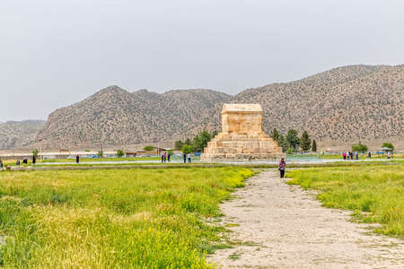 guia turistico: PASARGAD, IRAN - MAY 4, 2015: The group of tourists with the tour guide checking out the tomb of Cyrus the Great. Editorial