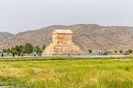 guia turistico: PASARGAD, IRÁN - 4 de mayo, 2015: El grupo de turistas con el guía la salida a la tumba de Ciro el Grande.