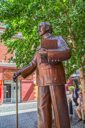 sen: MELBOURNE, AUSTRALIA - MARCH 21, 2015: Chinatowns bronze statue of Sun Yat Sen standing in Cohen Place Plaza on Little Bourke Street.