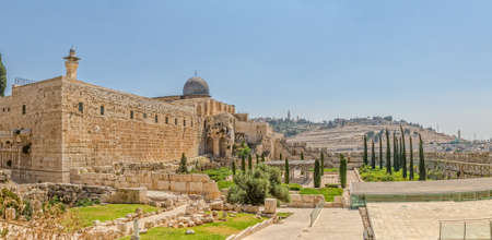 Panoramic view of the Solomon's temple remains and Al-Aqsa Mosque minaret in Jerusalem, is believed by Muslims to be the second mosque on earth after the Kaba. 免版税图像