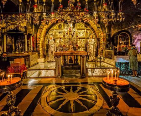 the church: Jerusalén, ISRAEL - 19 de junio, 2015: altar erigido sobre el lugar de la crucifixión de Jesucristo en la Iglesia del Santo Sepulcro.