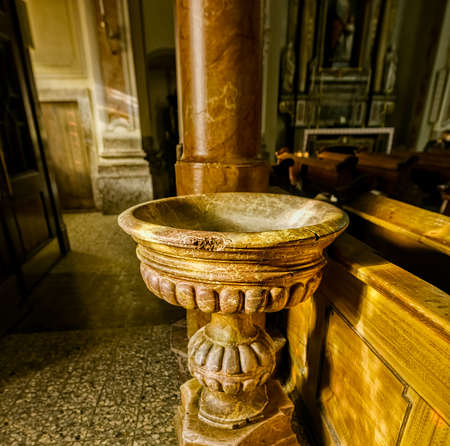 pila bautismal: Fuente bautismal de la Iglesia de San Margherita Editorial