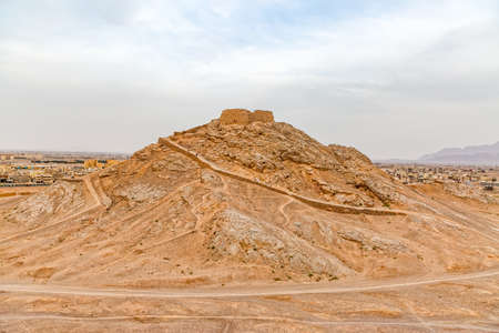 Hill with the Tower of Silence on top in Yazd, Iran. 스톡 콘텐츠