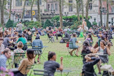 Crowd in Bryant Park, New York Editoriali