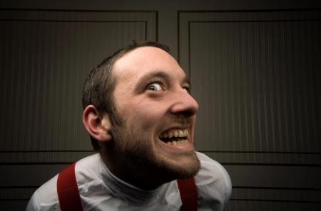 dientes sucios: j�venes de sexo masculino parece enloquecido con rastrojo y dientes sucios