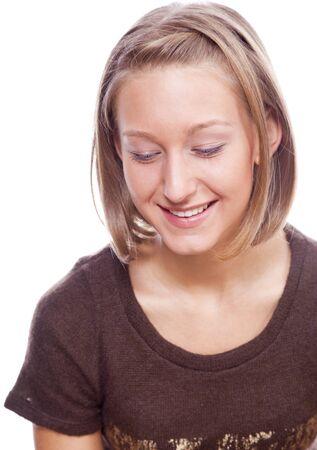 naar beneden kijken: jonge vrouw kijken neer op een witte achtergrond