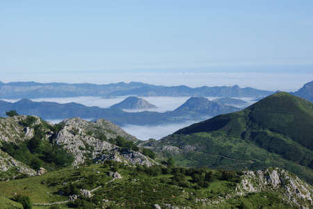 Peaks with fog at peaks of europe, covadonga lakes, spain 版權商用圖片