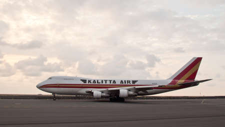 boeing 747: Kailua Kona, Hawaii, 19 febbraio 2011: Getto di carico A Kalitta Air Boeing 747 taxi fuori per il decollo del Keahole International Airport.