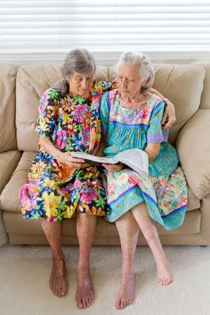 mujeres ancianas: Dos viudas de edad avanzada Leer un libro Foto de archivo