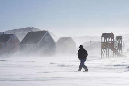 Inuit-Man walking home in einem Wintersturm, Grönland