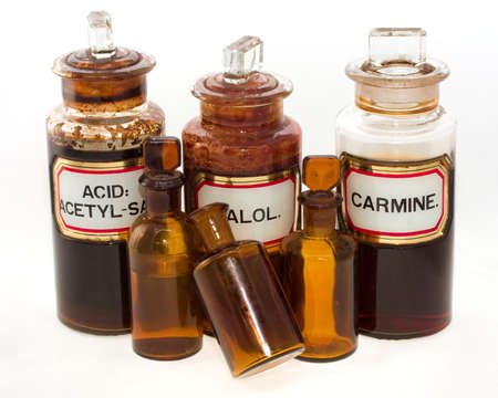 veneno frasco: Cinco antiguas botellas de qu�micas envejecidos, aislado en blanco  Foto de archivo