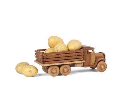 ジャガイモの木製のおもちゃのトラック 写真素材