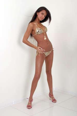 tetas: Sexy morena modelo en un bikini blanco m�s aisladas