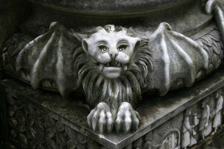 gargouille: gargouille statue sur pilier  Banque d'images