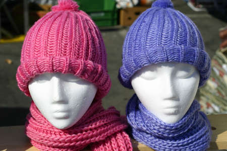 Two mannequins with pink and purple hats and scarves Stockfoto