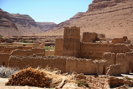 Ancient Kasbah found in Moroccos desertic countryside Standard-Bild - 108857947