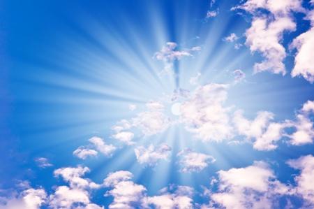 cumulus cloud: sole con nuvole contro il cielo blu