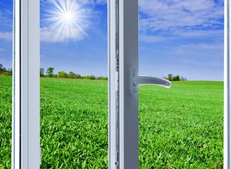 新しい近代的なプラスチック製の窓を開く