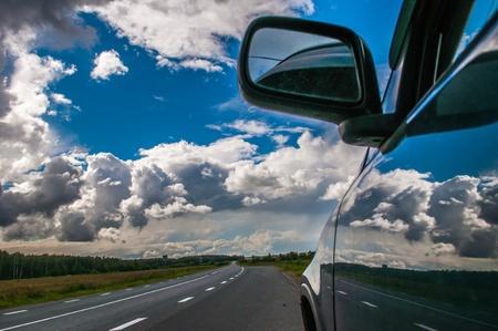 shiny car: deel van de auto tegen de lucht met een wolk