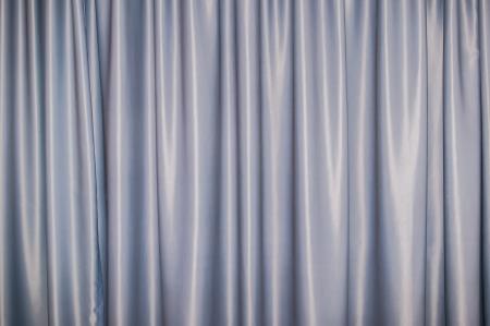 sipario chiuso: densa cortina di sfondo tessile con pieghe