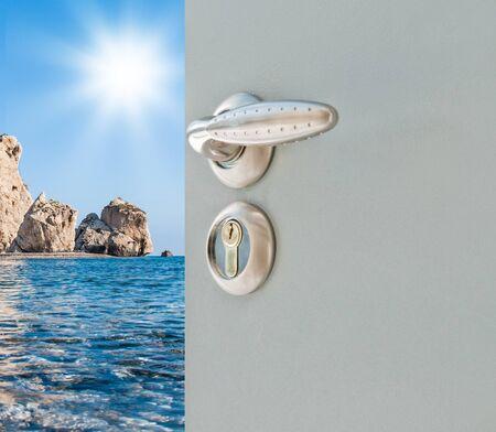 金属灰色のドアは海の景色を公開