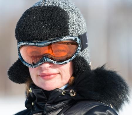 pompom: donna di mezza et? in una giacca da sci e un cappello con pon pon Archivio Fotografico