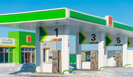 gasolina nueva estación en el fondo de invierno Editorial
