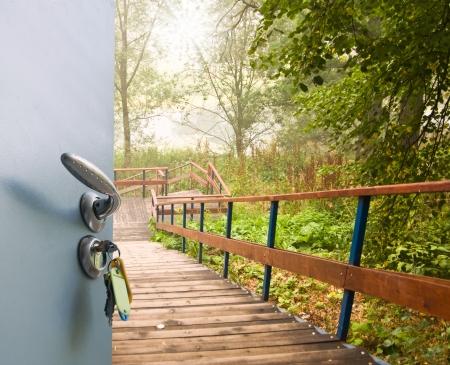 porta aperta: Aprire la maniglia della porta e chiavi con vista sulla scala