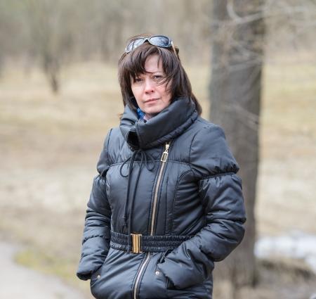 黒ジャケット秋に中年のブルネットの肖像画 写真素材