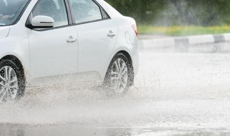 雨の中で大きな水の車の乗り物