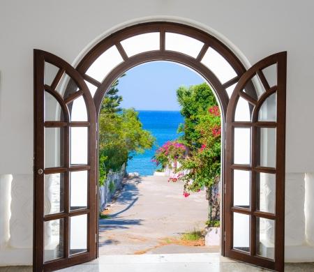 扉を開くと要塞の古い木製アーチ